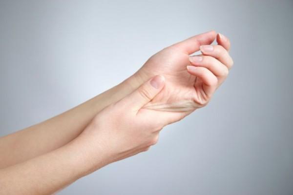 手足のしびれを感じた時に注意してほしい7つの事