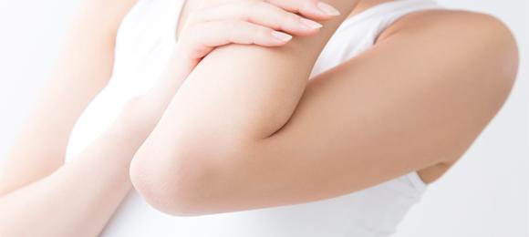 肘が痛い時に考えられる原因とすぐできる処置法