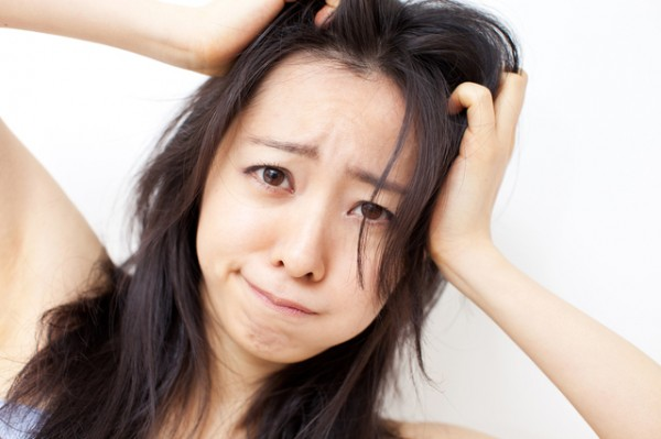 フケの原因、乾燥した頭皮を改善する7つの方法