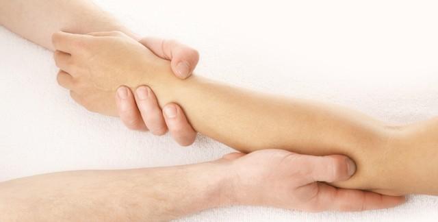 腕が痛い、しびれる時の解消法。症状別の対策とは?