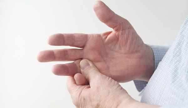 指が腫れる場合の原因とは?症状別の対策法を教えます