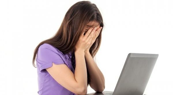 女の子 コンピューター ノート 白色の背景 喜怒哀楽 人々 仕事 疲労