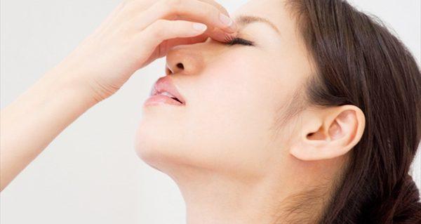 目の下のたるみを改善する、5つの顔のストレッチ