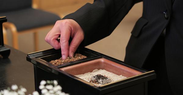 お焼香のやり方を覚えて、急な葬儀で焦らないポイント
