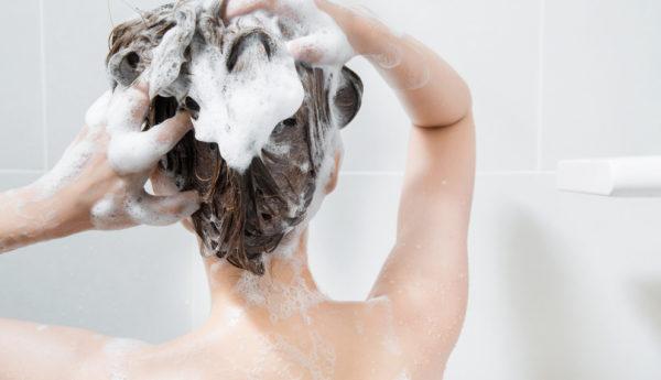 シャンプーで抜け毛が気になる人に奨める5つの頭皮ケア