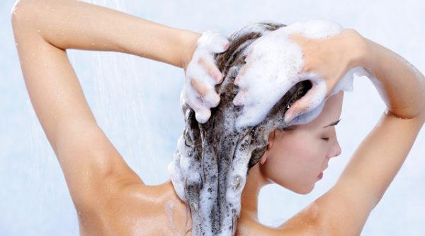 シャンプーの抜け毛が増えてしまう原因とその対処